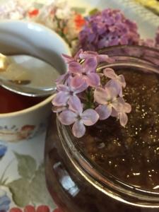 un-borcan-de-dulceata-din-flori-de-liliac